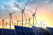 Windräder und Solaranlage im Sonnenuntergang