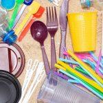 Legea anti-plastic nu prevede în România acordarea unei perioade de tranziție pentru comercianți